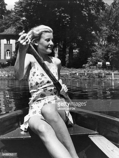 Actress Singer Germany / Great Britain * During a boat trip on the Griebnitzsee near by Neubabelsberg ca 1930 Photographer Artur Grimm Published by...