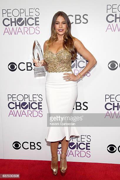 Actress Sofia Vergara winner of the Favorite Comedic TV Actress Award poses in the press room during the People's Choice Awards 2017 at Microsoft...