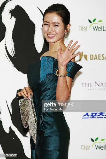 Actress Son YeJin poses on the red carpet of the 28th Blue Dragon Film Awards at the National Theater on November 23 2007 in Seoul South Korea