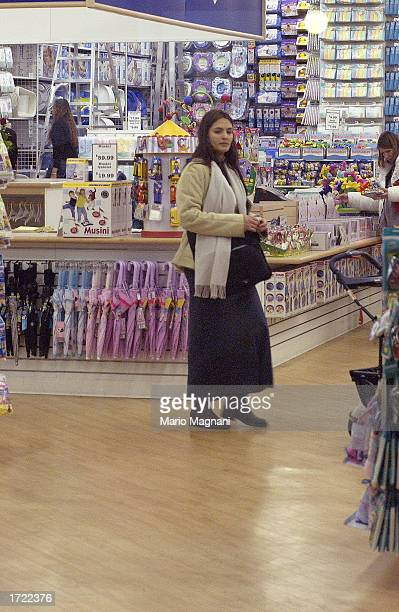 Actress Talisa Soto the wife of actor Benjamin Bratt shops in a store with her baby girl Sophia Rosalinda Bratt and her husband December 19 2002 in...