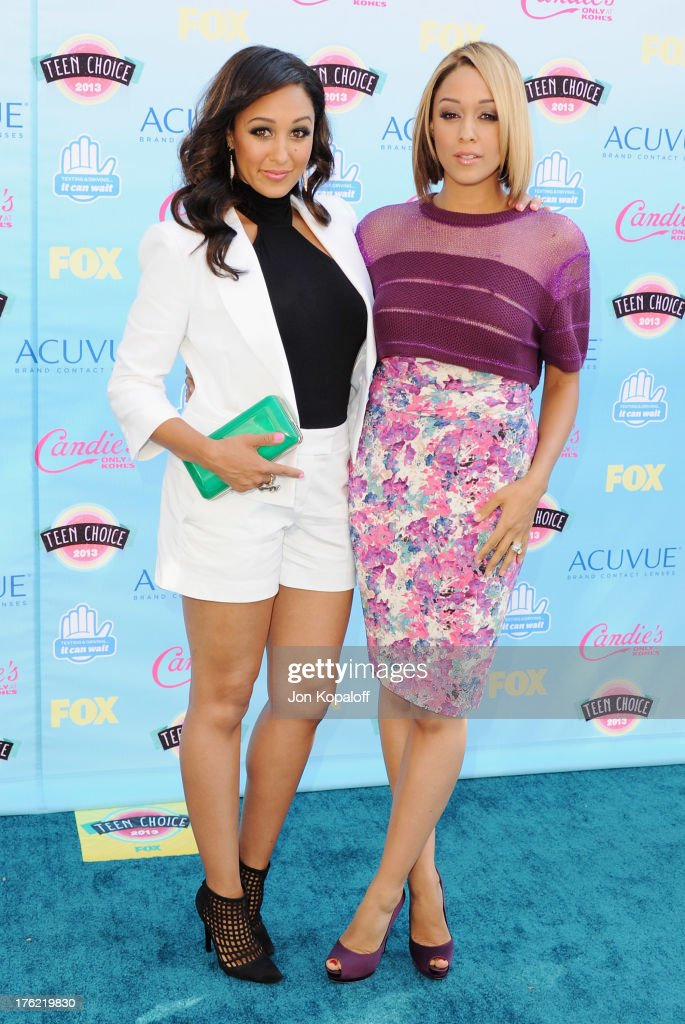 Actress Tamera Mowry and sister actress Tia Mowry arrive at the 2013 Teen Choice Awards at Gibson Amphitheatre on August 11, 2013 in Universal City, California.