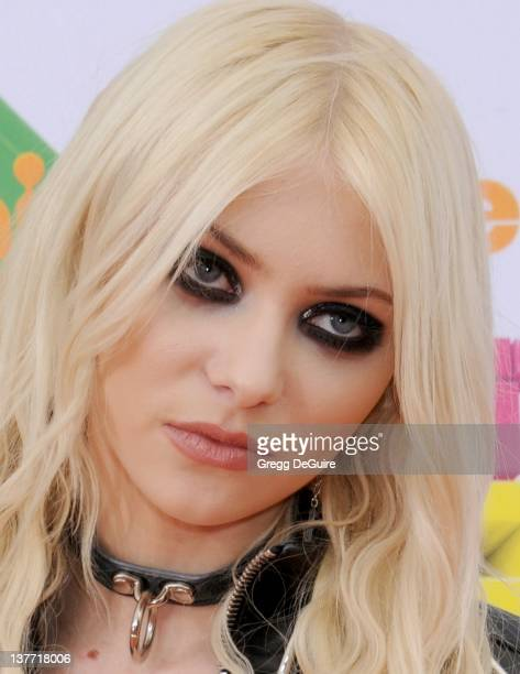 Actress Taylor Momsen arrives on the orange carpet at the Nickelodeon Kids' Choice Awards 2011 at USC's Galen Center April 2 2011 in Los Angeles...