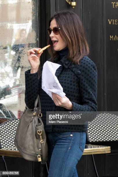 Actress Teri Hatcher leaves the 'Le Moulin de la Vierge' bakery shop on 'Place des Petits Peres' on March 22 2017 in Paris France