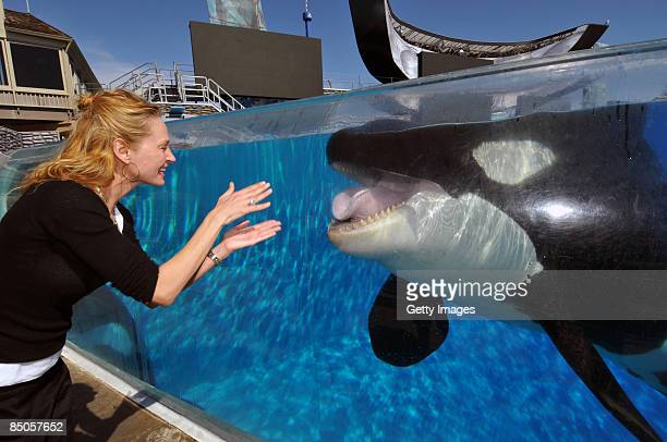 Actress Uma Thurman greets killer whale Shamu during a visit to SeaWorld February 20 2009 in San Diego California The star of films 'Pulp Fiction'...