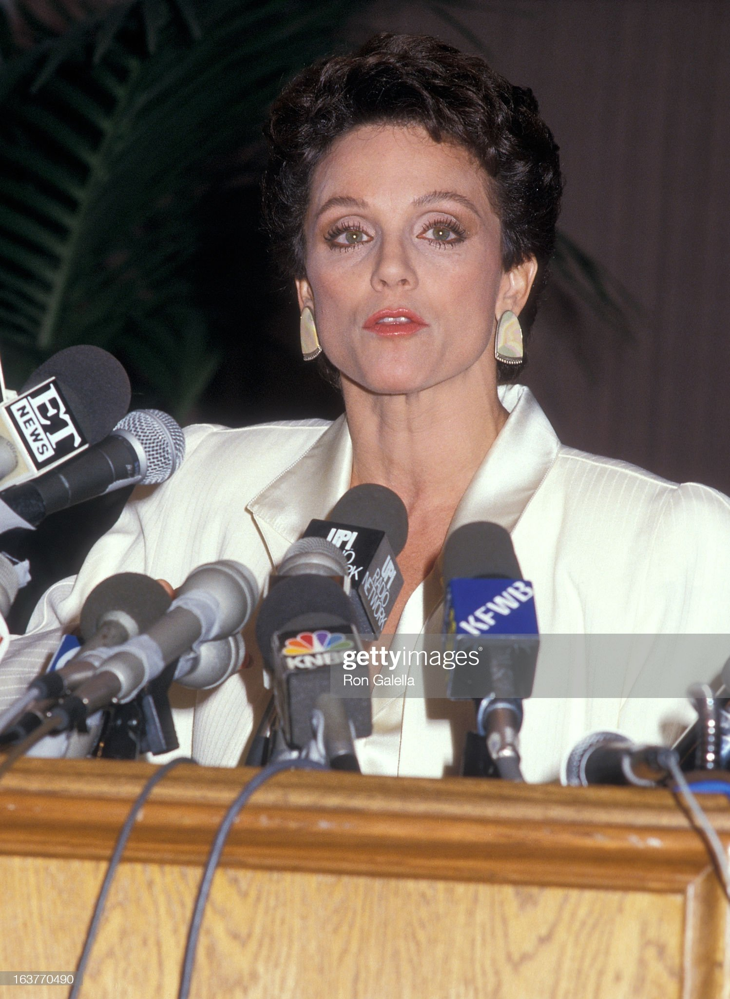 actress-valerie-harper-addresses-the-press-to-speak-about-being-fired-picture-id163770490