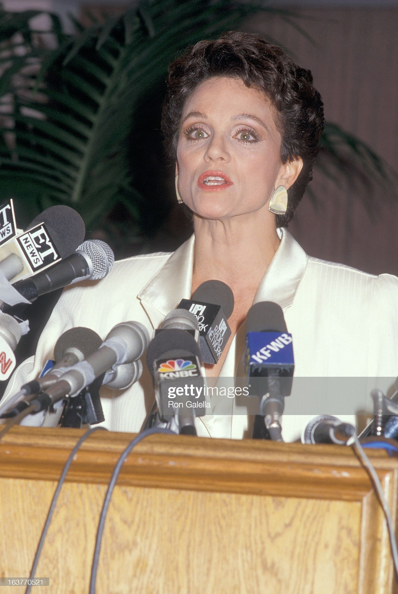 actress-valerie-harper-addresses-the-press-to-speak-about-being-fired-picture-id163770521