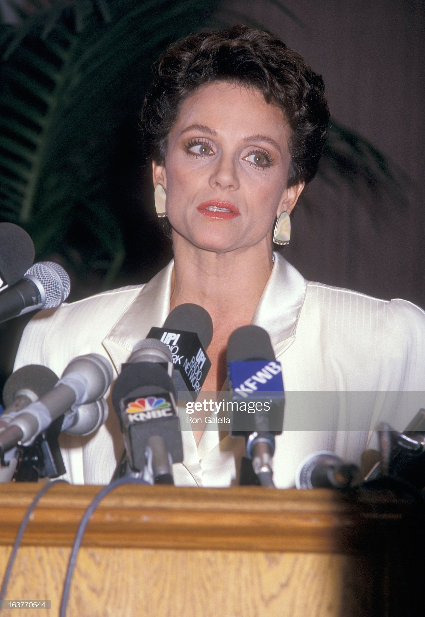 actress-valerie-harper-addresses-the-press-to-speak-about-being-fired-picture-id163770544