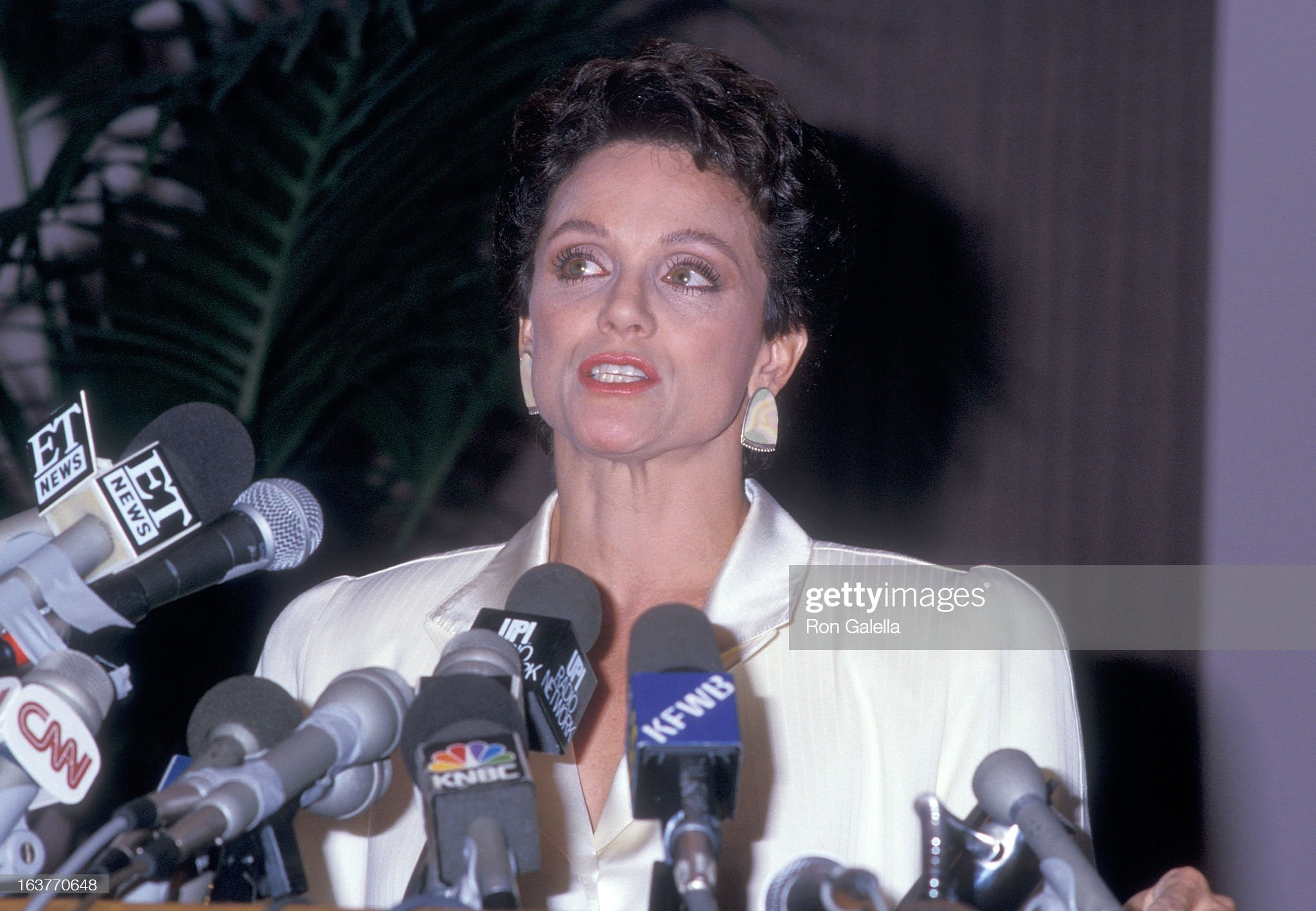 actress-valerie-harper-addresses-the-press-to-speak-about-being-fired-picture-id163770648