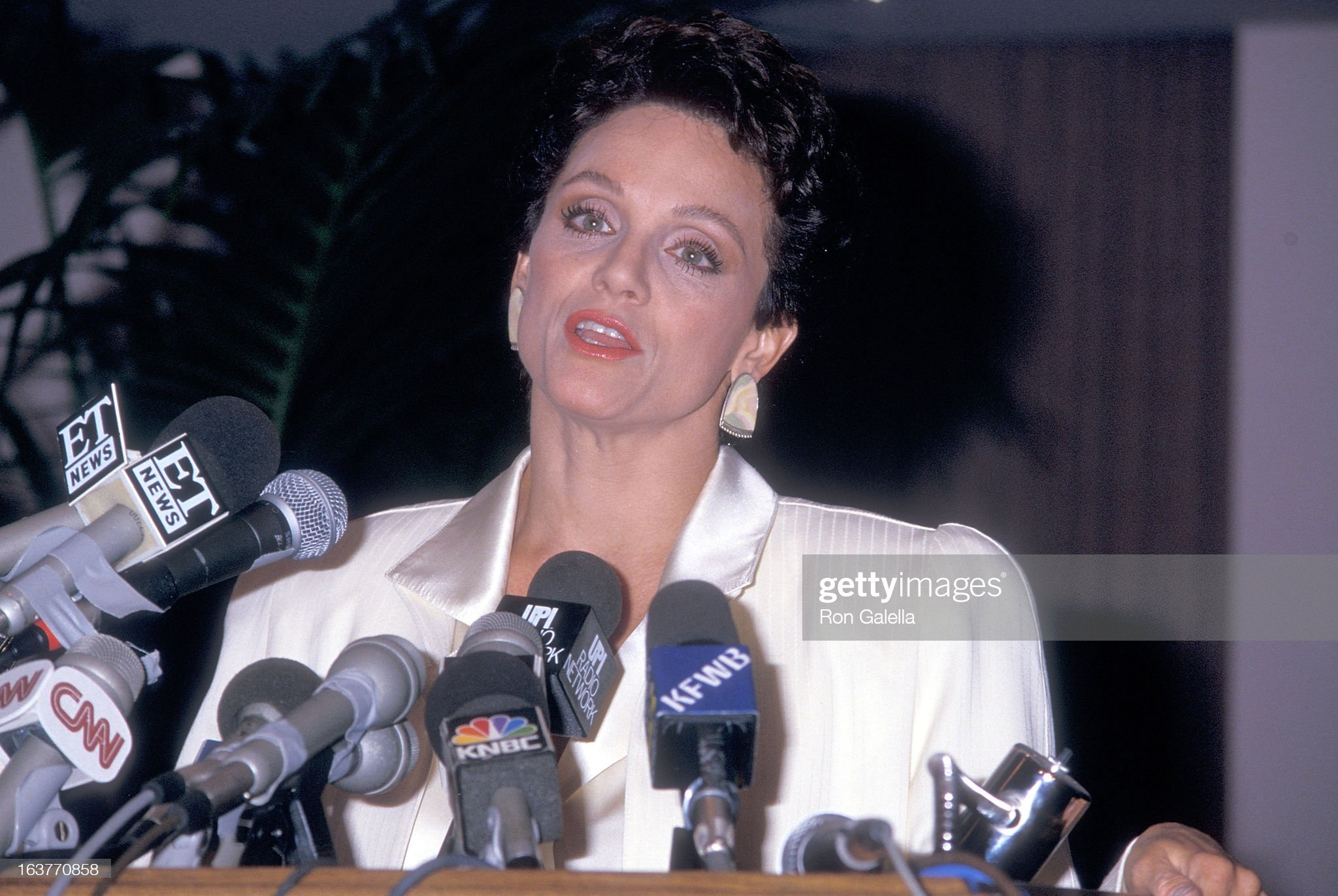 actress-valerie-harper-addresses-the-press-to-speak-about-being-fired-picture-id163770858