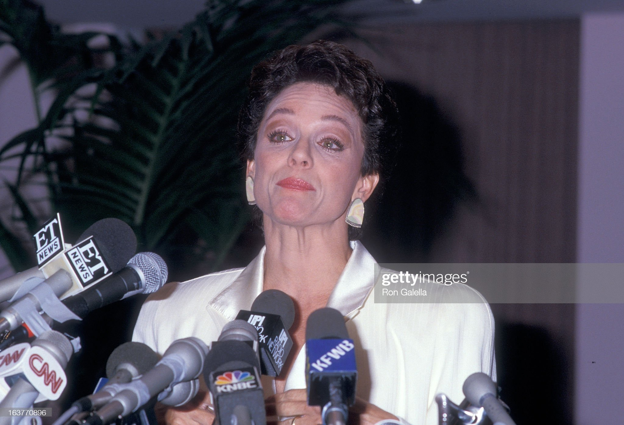 actress-valerie-harper-addresses-the-press-to-speak-about-being-fired-picture-id163770896