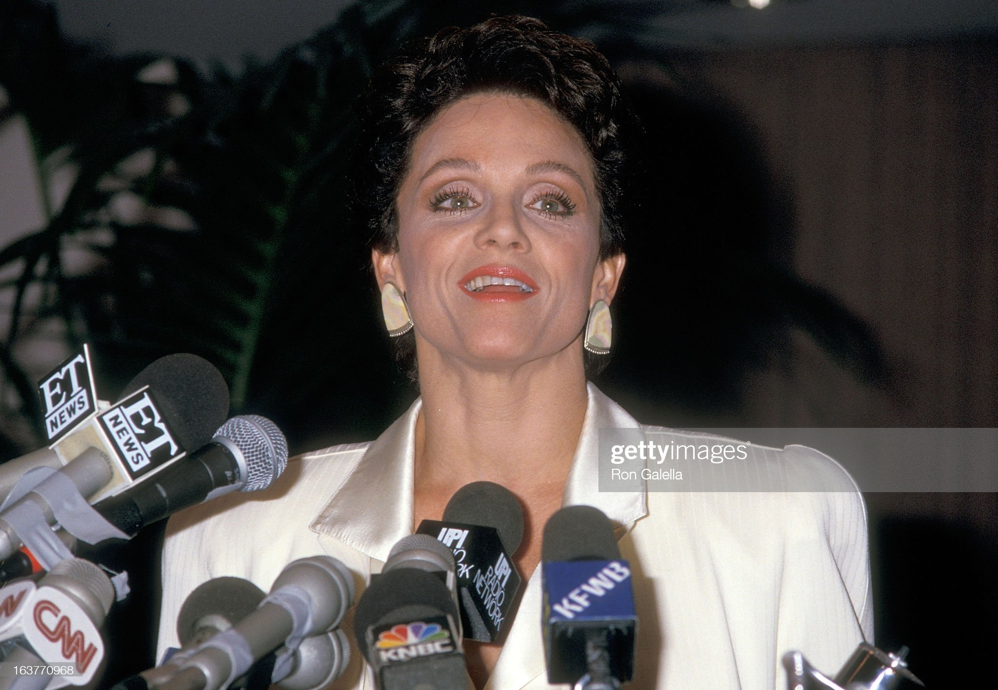 actress-valerie-harper-addresses-the-press-to-speak-about-being-fired-picture-id163770968