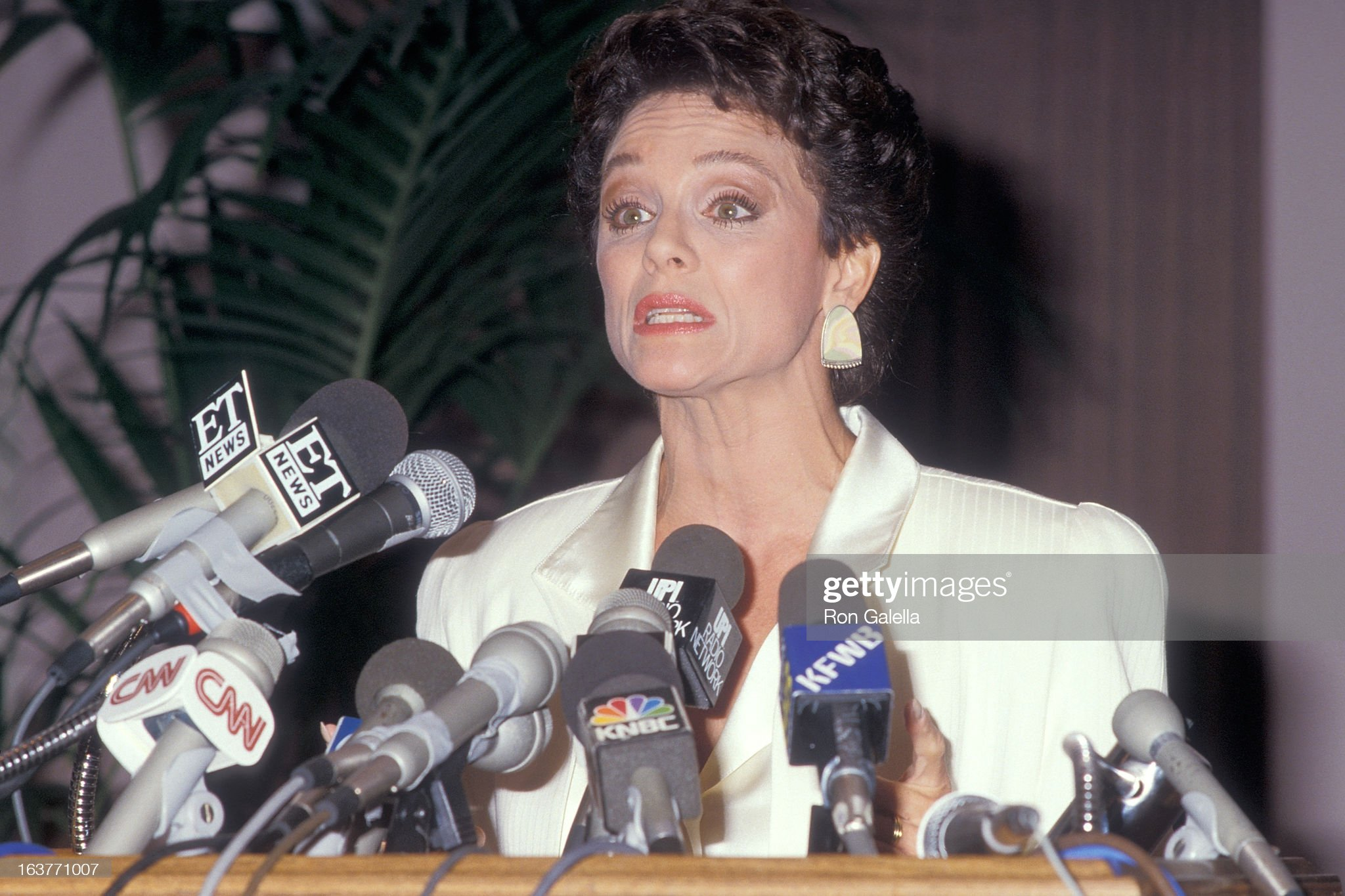 actress-valerie-harper-addresses-the-press-to-speak-about-being-fired-picture-id163771007