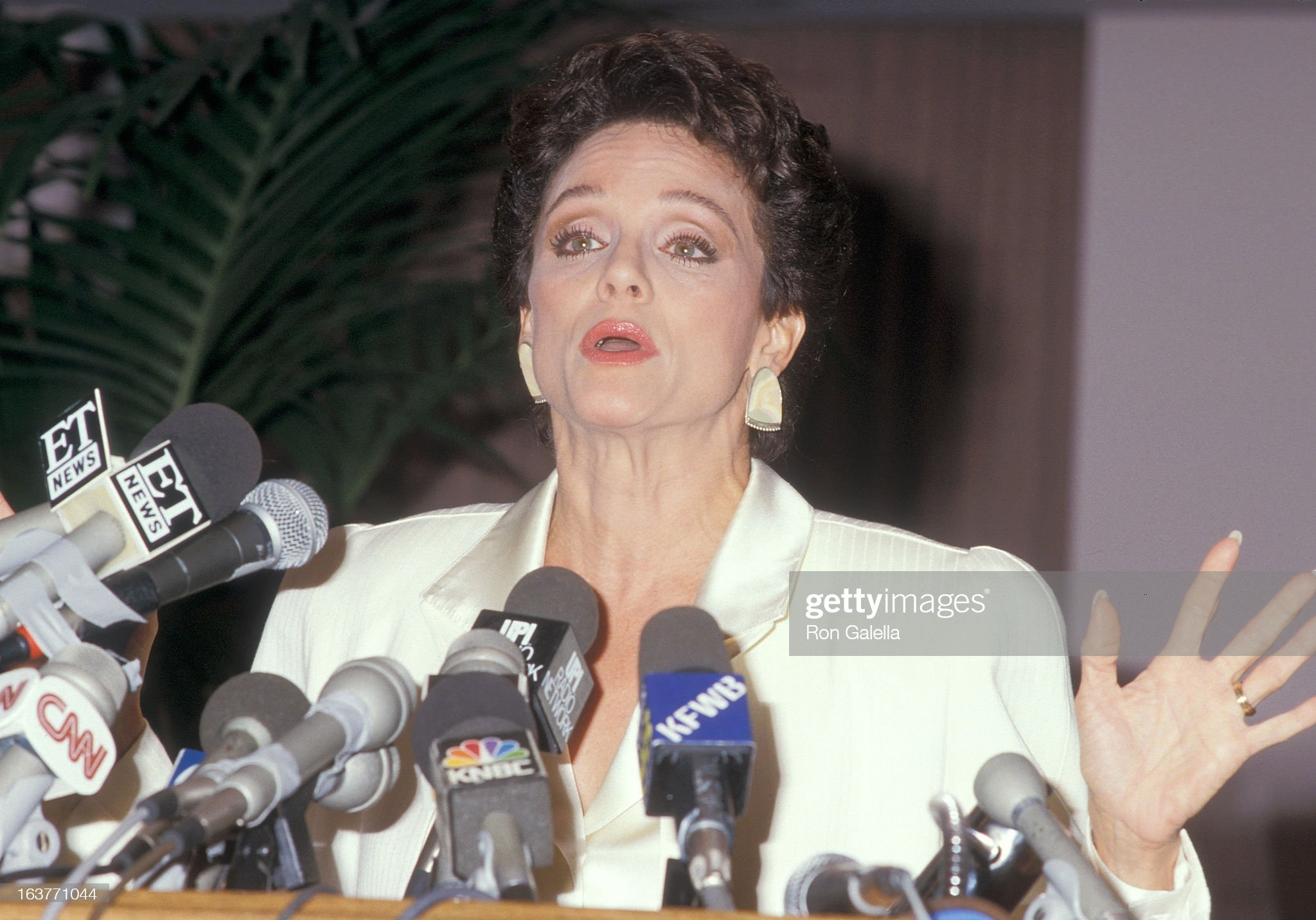 actress-valerie-harper-addresses-the-press-to-speak-about-being-fired-picture-id163771044