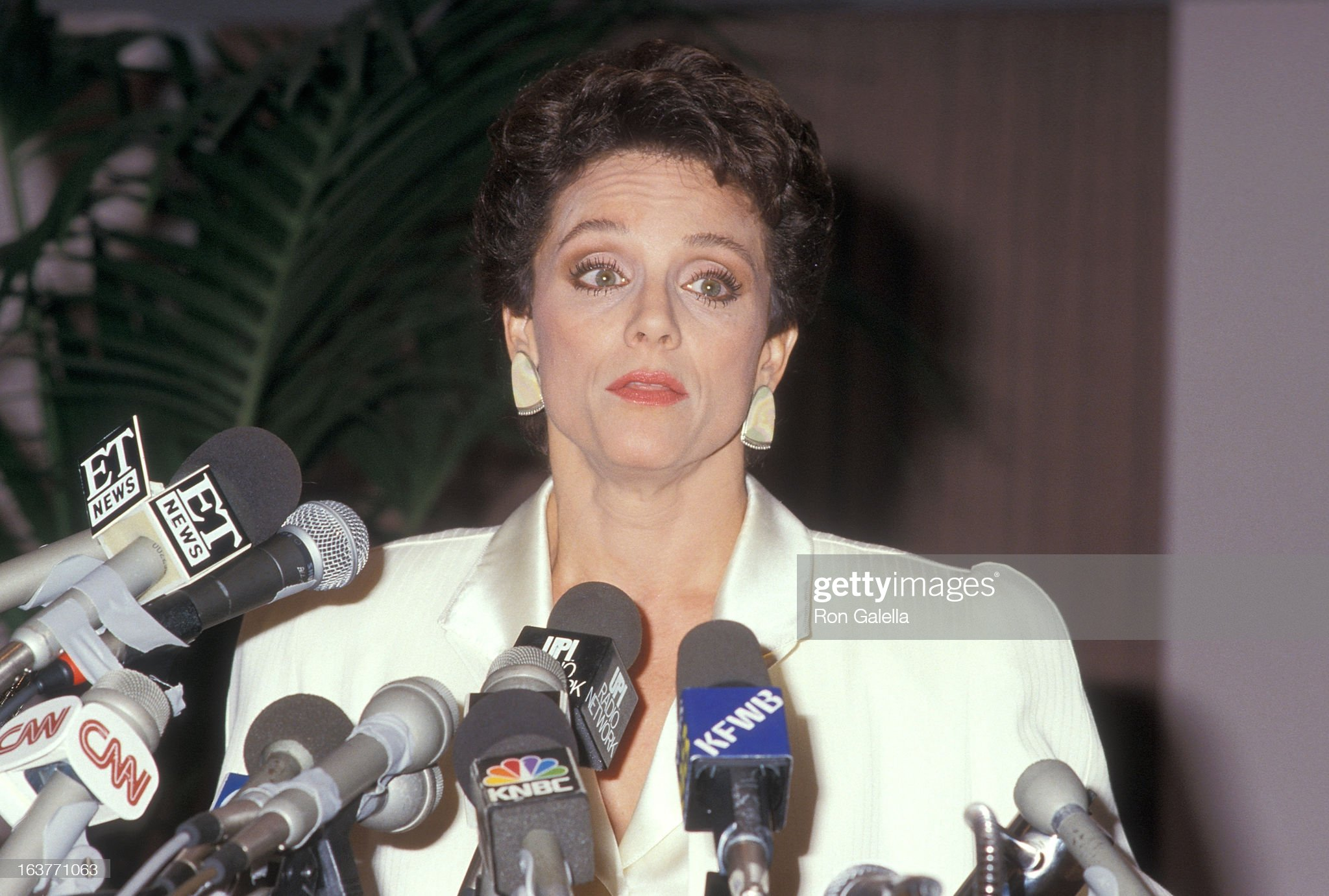 actress-valerie-harper-addresses-the-press-to-speak-about-being-fired-picture-id163771063