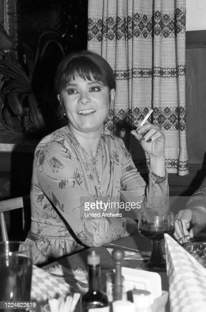 Actress Violetta Ferrari at a meeting of an artist's club, Germany, 1970s.
