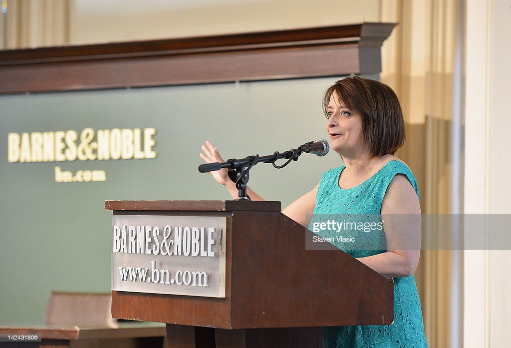 "Rachel Dratch Signs Copies Of ""Girl Walks Into A Bar . . . Comedy Calamities, Dating Disasters, And A Midlife Miracle"" : News Photo"