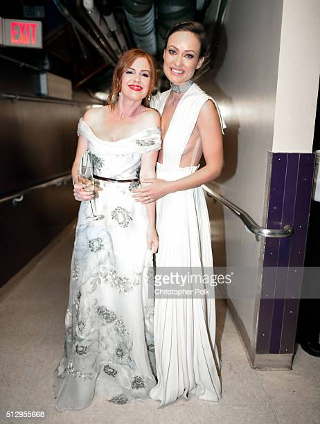 Actresses Isla Fisher and Olivia Wilde attend the 88th Annual Academy Awards at Dolby Theatre on February 28 2016 in Hollywood California