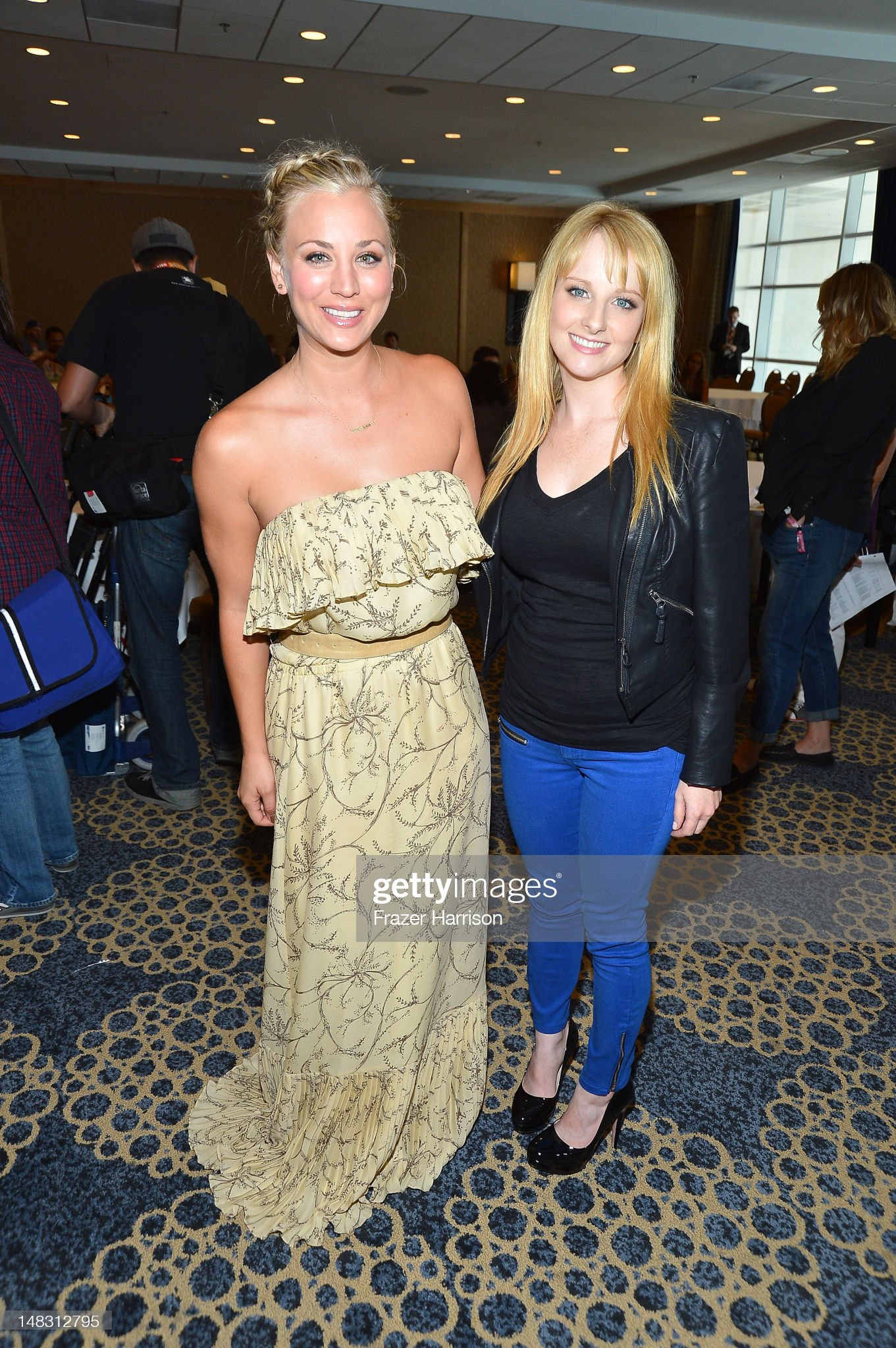 ¿Cuánto mide Kaley Cuoco? - Altura - Real height Actresses-kaley-cuoco-and-melissa-rauch-attend-the-big-bang-theory-picture-id148312795?s=2048x2048