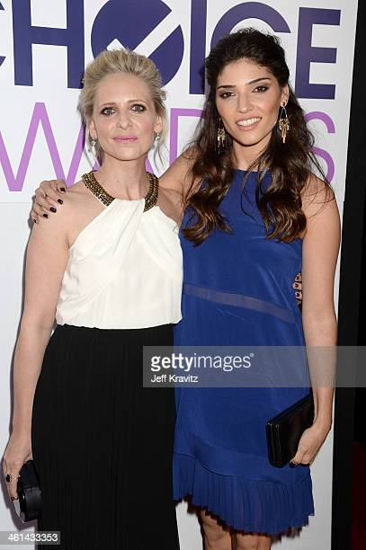 Actresses Sarah Michelle Gellar and Amanda Setton attend The 40th Annual People's Choice Awards at Nokia Theatre LA Live on January 8 2014 in Los...