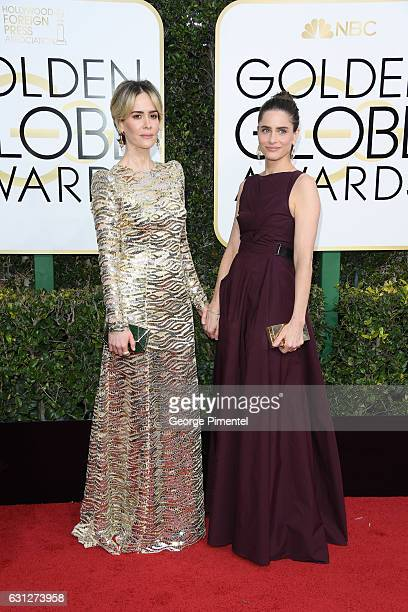Actresses Sarah Paulson and Amanda Peet attend the 74th Annual Golden Globe Awards held at The Beverly Hilton Hotel on January 8 2017 in Beverly...