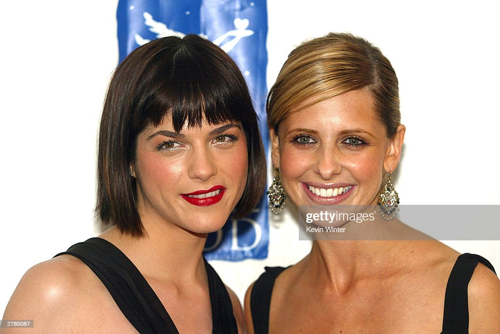 Actresses Selma Blair and Sarah Michelle Gellar arrive at Divine Design 2003 Gala, Shop in the Name of Love, to benefit Project Angel Food : News Photo