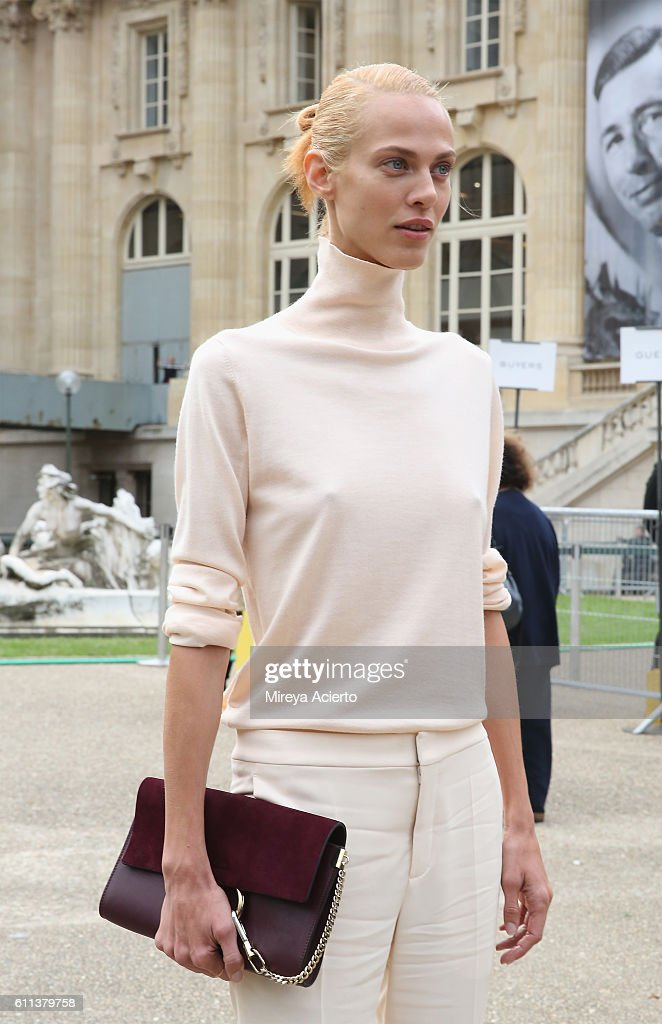 Chloe : Outside Arrivals - Paris Fashion Week Womenswear Spring/Summer 2017 : News Photo