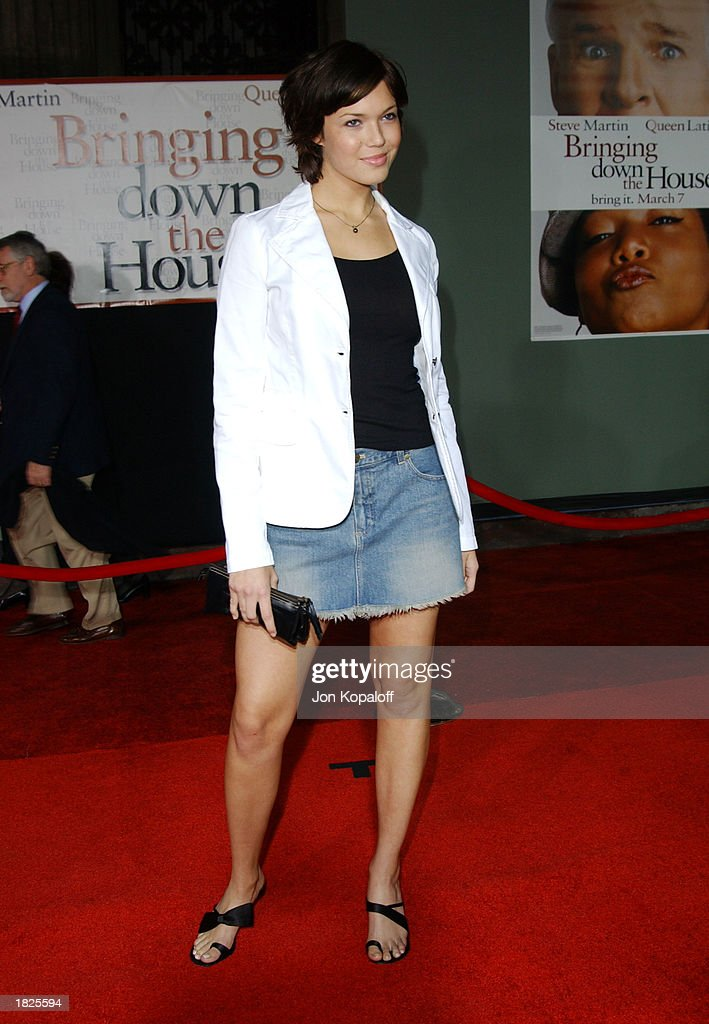 Actress/recording artist Mandy Moore attends the premiere of 'Bringing Down The House' at the El Capitan Theater on March 2, 2003 in Hollywood, California.