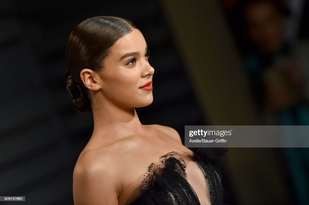 Actress/singer Hailee Steinfeld attends the 2018 Vanity Fair Oscar Party hosted by Radhika Jones at Wallis Annenberg Center for the Performing Arts on March 4, 2018 in Beverly Hills, California.