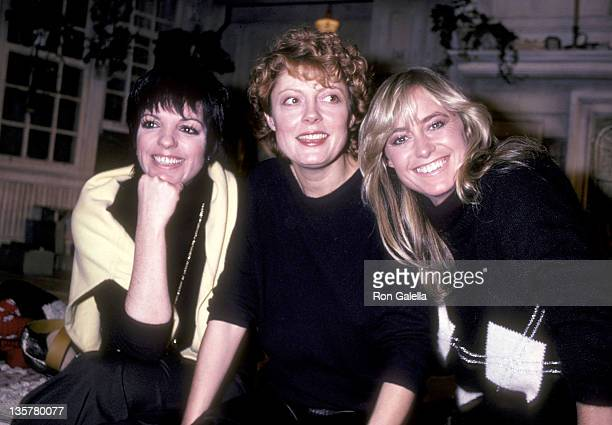 Actress/Singer Liza Minnelli actress Susan Sarandon and actress Susan George break from rehearsals for the OffBroadway play Extremities on December...