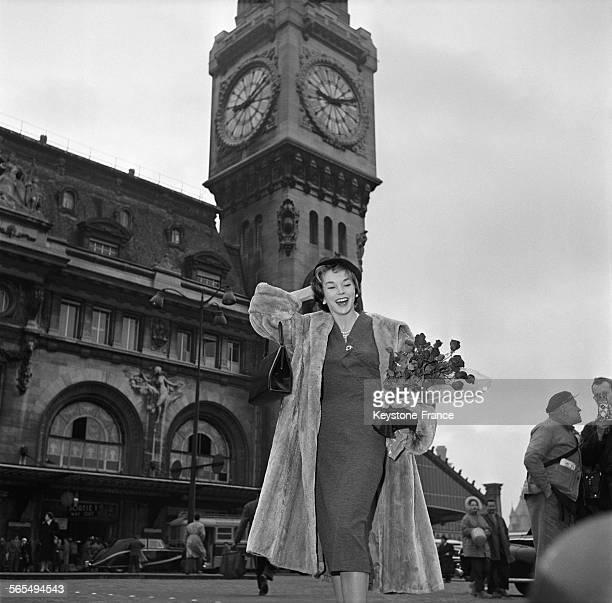 L'actrice américaine Dawn Addams photographiée à son arrivée devant la Gare de Lyon à Paris France le 20 février 1958