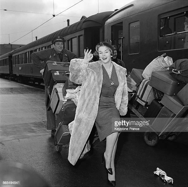 L'actrice américaine Dawn Addams photographiée à son arrivée à la Gare de Lyon à Paris France le 20 février 1958