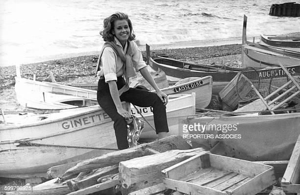 L'actrice américaine Jane Fonda assise sur une barque de pêche en bord de mer en France