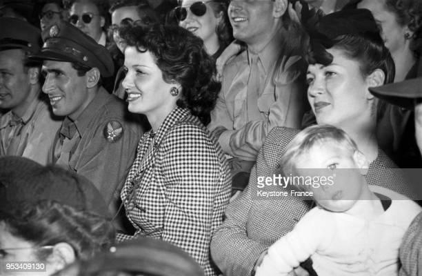 Actrice américaine Jane Russell assiste au match de football américain dans lequel joue son mari Bob Waterfield dans l'équipe des Cleveland Rams en...