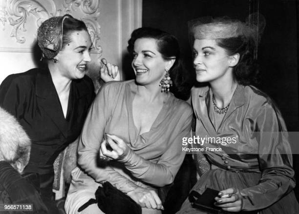 L'actrice américaine Jane Russell entourée des actrices Beatrice Campbell et Lisa Daniells lors de la réception organisée pour le Royal Command Film...