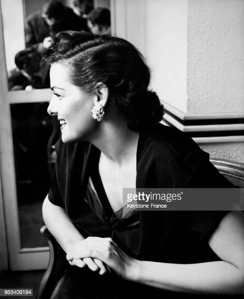 L'actrice américaine Jane Russell répond avec le sourire aux journalistes dans les salons de l'hôtel Savoy circa 1950 à Londres RoyaumeUni
