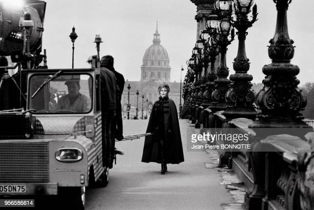 L'actrice américaine Raquel Welch sur le pont Alexandre III lors d'un tournage en janvier 1970 à Paris France