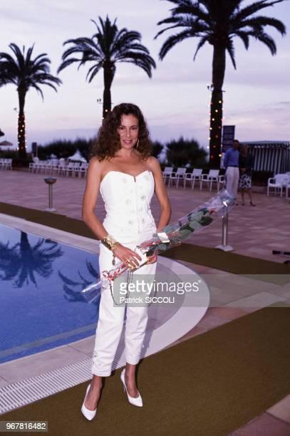 L'actrice Ana Obregon au bord d'une piscine le 13 juin 1988 à Monaco