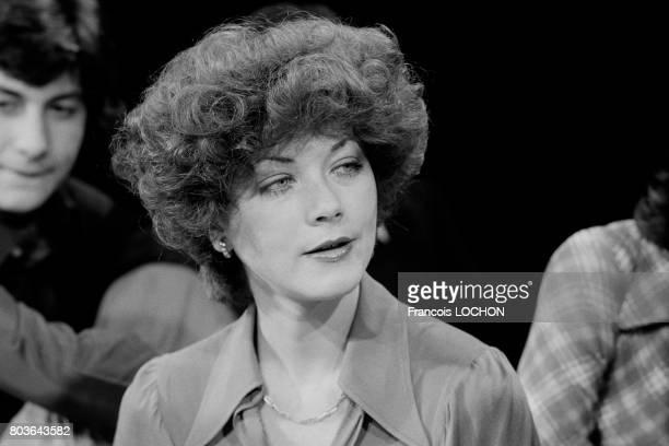 L'actrice anglaise Linda Thorson lors d'une émission télévisée à Paris le 30 mars 1975 en France