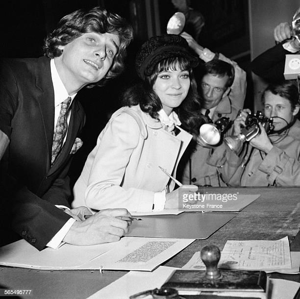 L'actrice Anna Karina et son époux le cinéaste Pierre Fabre signant le registre de la Mairie du Ve arrondissement à Paris France le 12 février 1968