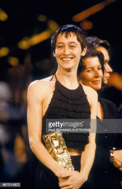 L'actrice Anne Brochet recoit le cesar du Meilleur second role feminin pour le film 'Tous les matins du monde' le 22 fevrier 1992 a Paris France