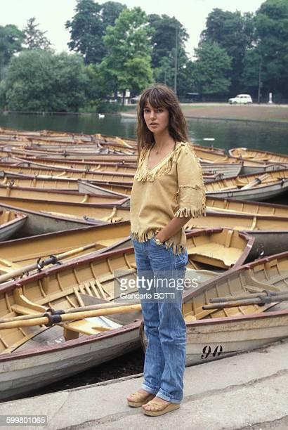 L'actrice Anne Parillaud dans le Bois de Boulogne à Paris circa 1970 France