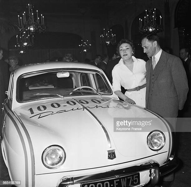 L'actrice AnneMarie Carrière photographiée aux côtés de Pierre Dreyfus PDG de la Régie Renault au cours de la présentation de la 'Dauphine' à Paris...