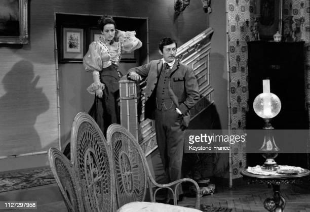 L'actrice Annie Girardot et l'acteur Jean Rochefort sur le tournage du film télévisé 'Le pain de ménage' de Marcel Cravenne le 5 décembre 1968