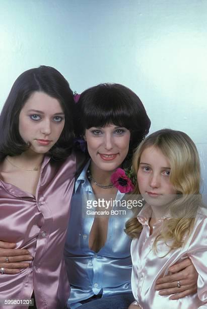 L'actrice Bernadette Lafont avec ses filles Elisabeth et Pauline circa 1970 en France