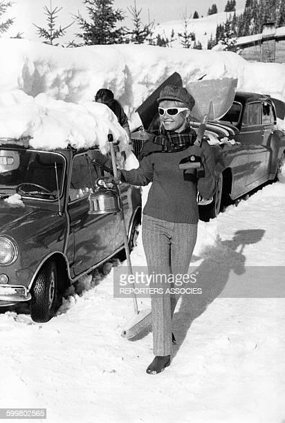L'actrice Brigitte Bardot aux sports d'hiver circa 1960 en France