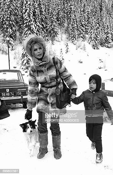 L'actrice Brigitte Bardot avec son fils Nicolas aux sports d'hiver circa 1960 en France