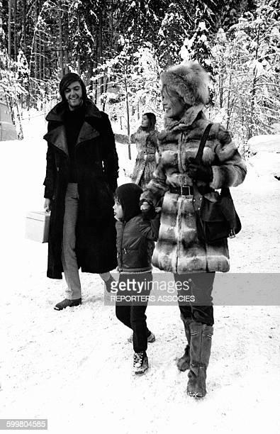 L'actrice Brigitte Bardot avec son fils Nicolas et son fiancé Patrick Gilles aux sports d'hiver circa 1960 en France