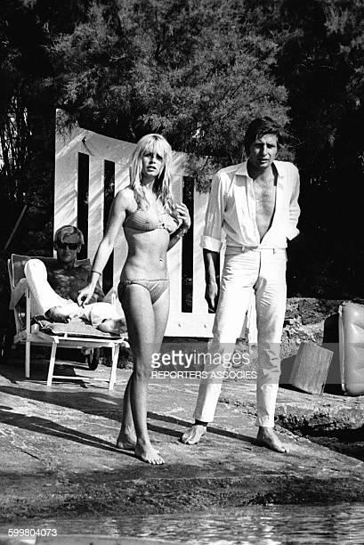 Actrice Brigitte Bardot avec son mari Gunter Sachs en août 1966 à Saint-Tropez, France .