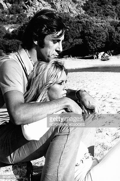 Actrice Brigitte Bardot sur la plage avec le play boy italien Luigi Rizzi en 1968 à Saint-Tropez, France .