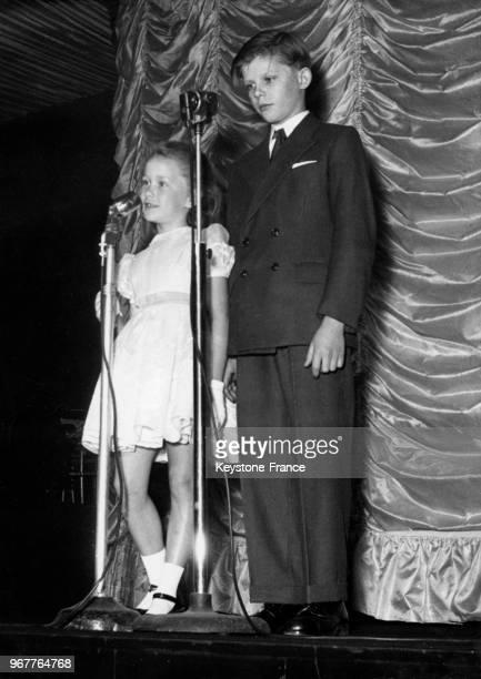 L'actrice Brigitte Fossey sept ans et l'acteur Jean Paujouly treize ans stars du film 'Jeux Interdits' sont présentés au Lions Club comme un couple...